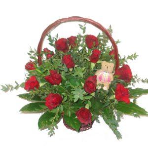 Kosz z różnorodnych kolorowych kwiatów 2