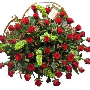 Kosz z 50 czerwonych róż z zielenią